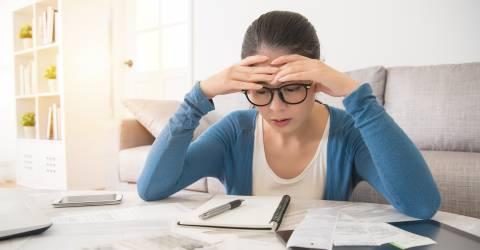 betalingsachterstand, jongere, jonge vrouw, Aziatisch, thuis, bezorgd, gestresst