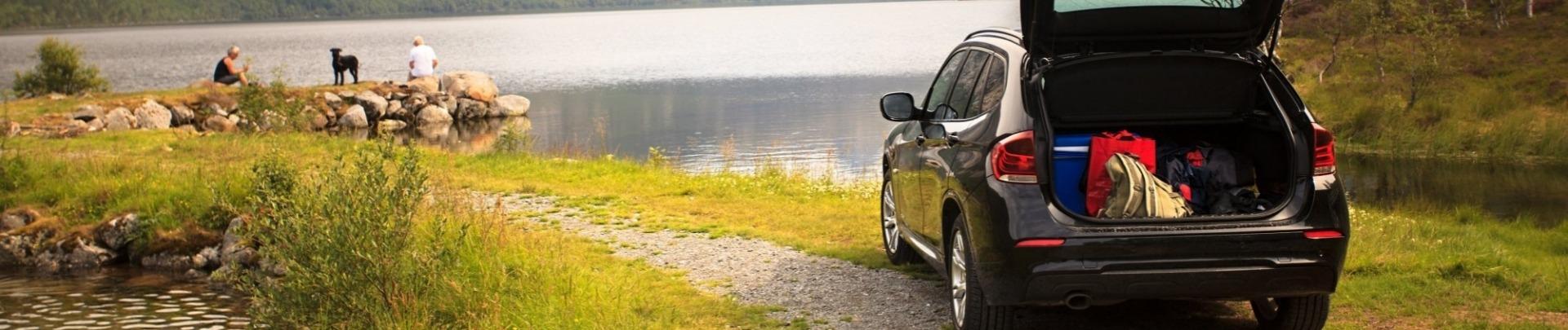 Auto staat bij het meer